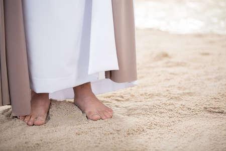 모래 위에 서있는 예수 그리스도의 발 스톡 콘텐츠 - 75795635