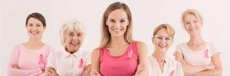 ピンクの服を着て別の時代の女性のグループ