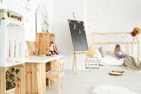 Moderne en gezellige scandi-kamer van een klein meisje