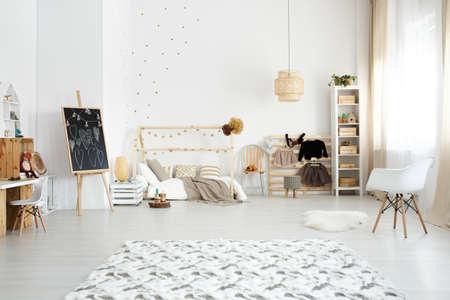 Gezellige moderne slaapkamer ontworpen in Scandinavische stijl
