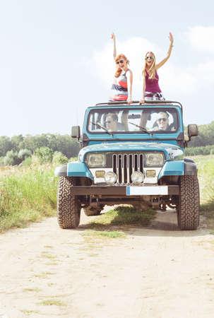 Meisjes in off-road voertuig tijdens de zomerdag Stockfoto