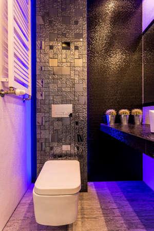 어두운 욕실은 네이비 블루 led 조명으로 밝아졌습니다.
