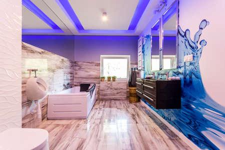 목욕과 대리석 욕실, 소변 기 및 물 방울을 닮은 벽 스티커 스톡 콘텐츠