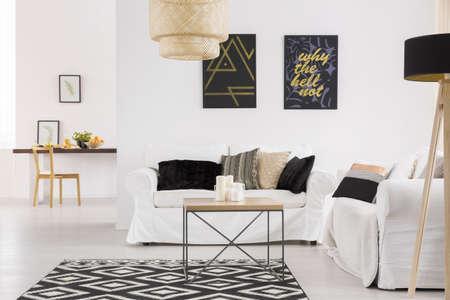 Comfortabele witte bank in ruime woonkamer in Scandinavische stijl Stockfoto