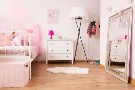 Slaapkamerbinnenland van meisjedanser met bed en spiegel Stockfoto