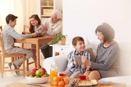 해피 손자 조부모를 방문하고 그들과 함께 자유 시간을 보내는