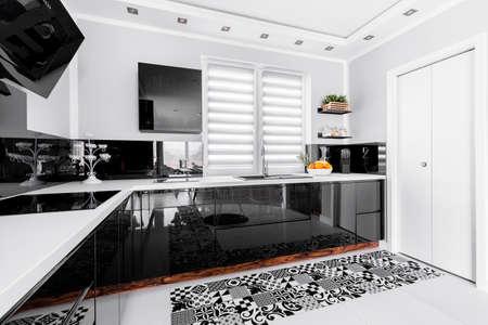 黒のユニット、装飾付きのキッチンを輝く白い 写真素材 - 77350440
