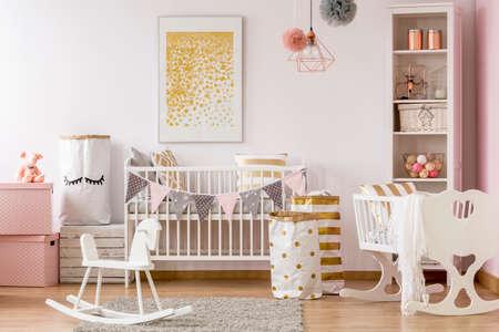 Scandi-Stil Babyzimmer mit weißem Kinderbett, Wiege, Schaukelpferd