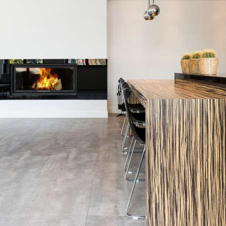 暖炉とバーの椅子で食事バーのミニマリスト スタイルでモダンなリビング ルーム