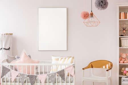 Habitación Dorada Y Rosa Para Bebés Con Muebles De Madera Blanca ...