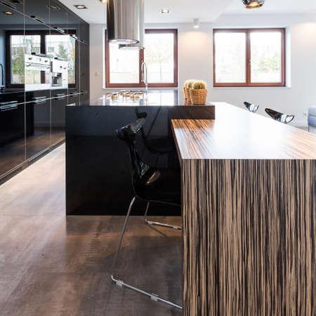 優雅な台所と大きなカウンターとダイニング ルームの海綿インテリア 写真素材