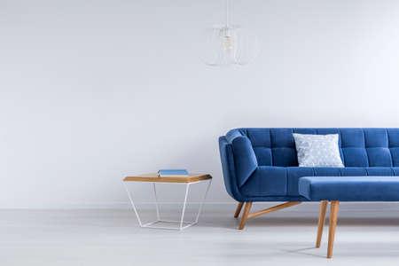 青いソファ、白のトレンディーなラウンジのベンチ 写真素材