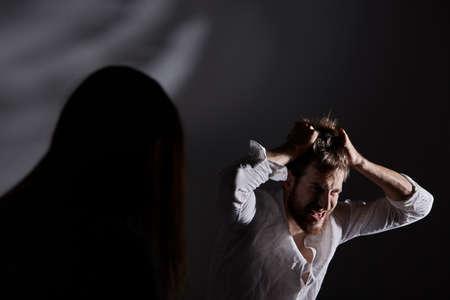 머리카락을 찢어 버리는 정신적 탐욕을 가진 남자 스톡 콘텐츠