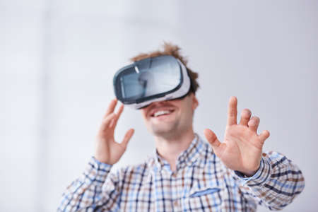 Hombre feliz con gafas de vr, fondo blanco Foto de archivo - 78017144