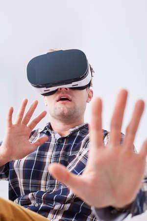 가상 현실 3d 헤드셋을 착용하는 남자, 비디오 게임을 즐기고