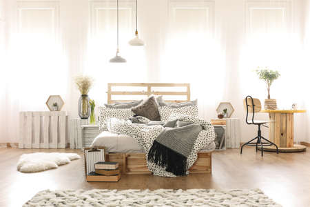 muebles de madera: Decorated stylish bedroom interior with wooden furniture
