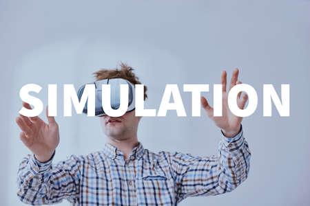 Hombre disfrutando de videojuegos, utilizando gafas de realidad virtual Foto de archivo - 78104243