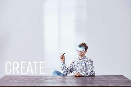 Trabajador creativo con gafas vr, sentado al lado del escritorio vacío Foto de archivo - 77982310