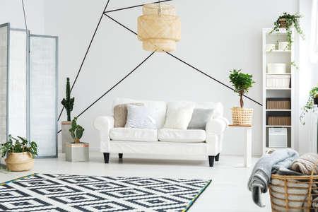 아늑한 거실에 흰색 소파가있는 편안한 공간