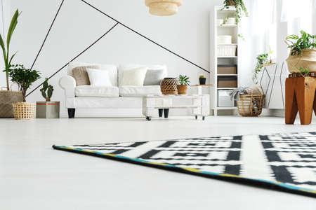 Geräumiges Wohnzimmer In Weiß Skandinavischen Stil Entworfen ...