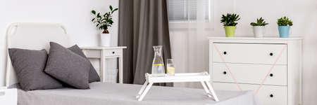 plan d & # 39 ; une chambre moderne confortable avec des murs blancs et des meubles Banque d'images