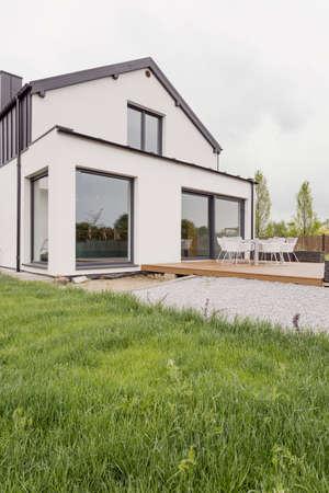 case moderne: Immagine di casa moderna con facciata bianca