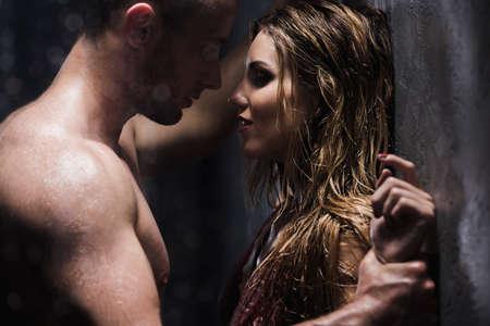 Man kijkt naar zijn geliefde met verlangen tijdens de intieme douche Stockfoto