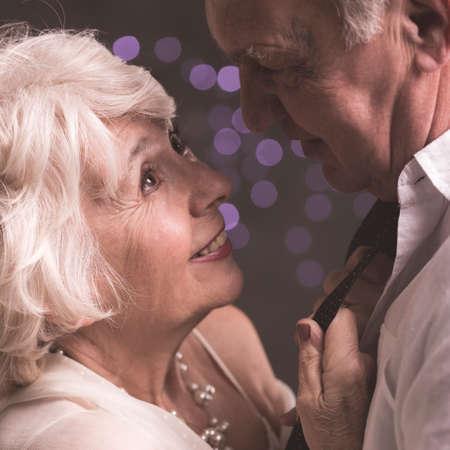 Esposa elegante sênior, olhando para o marido idoso com amor e felicidade Foto de archivo - 78504431
