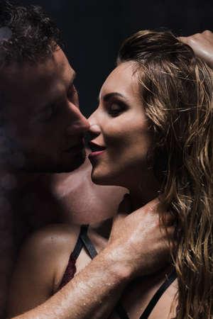 열정과 욕망을 가진 긴 머리 금발 여자와 키스 할 남자 스톡 콘텐츠