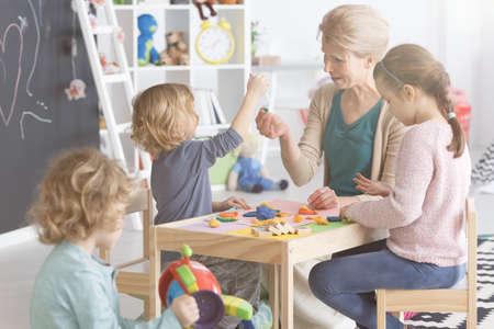 Groupe d'enfants sur les classes d'art avec professeur à la maternelle Banque d'images - 78530229
