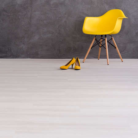 黄色の椅子と空のインテリアでハイヒール