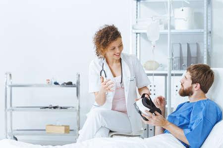 仮想現実療法のセッション中に麻痺の若い男 写真素材