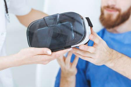 Paciente masculino en el hospital con gafas de realidad virtual