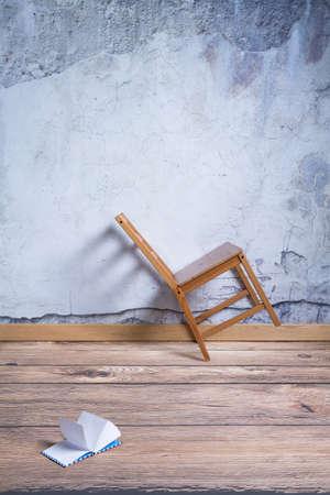 インテリアにゆがんで椅子、床の上の日記
