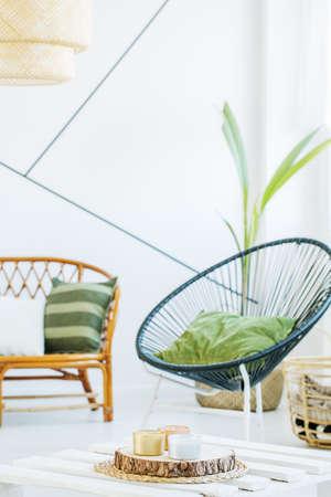 Witte kamer met moderne ronde stoel en rotan sofa Stockfoto