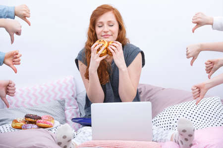 work from home: Young woman criticized in the internet for eating donuts