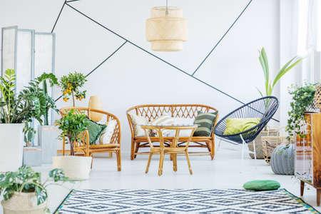 丸椅子、籐のソファとテーブル ホワイト リビング ルーム 写真素材