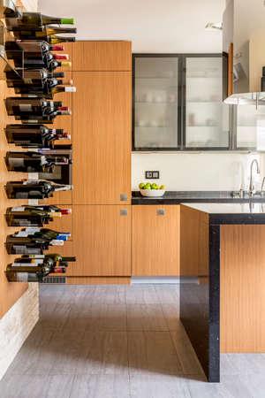 ワインの棚と合われたキャビネット モダンな木製キッチン