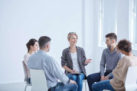 セッション中に彼女のグループと話している女性の心理
