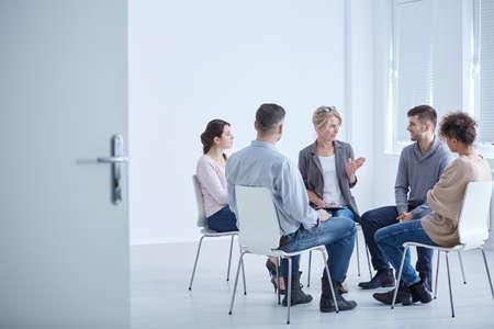 Professionele psychotherapeut die de problemen met haar patiënten bespreekt Stockfoto