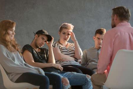 Groep mensen tijdens psychotherapie voor onrustige tieners met