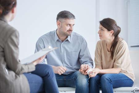 Liefhebbend echtpaar dat zich op een huwelijkstherapie bevindt Stockfoto