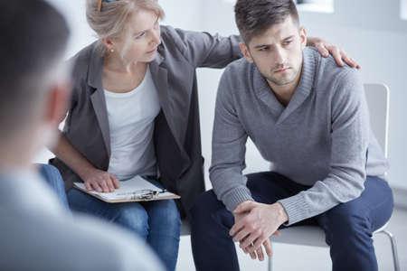 思いやりのある心理士の彼女若い壊れた患者を支援