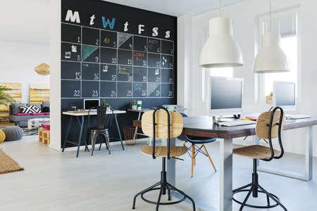 Ffnen Sie den Arbeitsbereich mit Tafelwand, Schreibtisch, Stühle, Computer Standard-Bild - 79198076