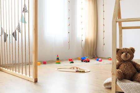 천연 나무 어린이 침실의 친환경 놀이 공간 스톡 콘텐츠