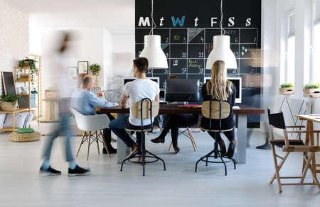 Lidé pracující v moderním, tvůrčím pracovním prostředí