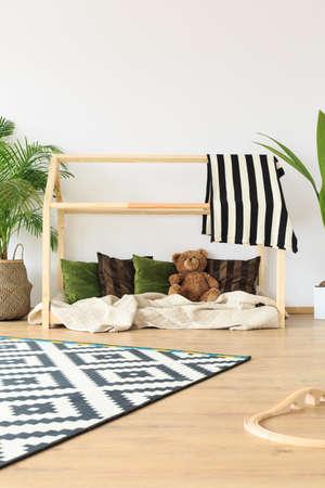 Dromerige minimalistische lichte kinderkamer met natuurlijke levendige kleuren