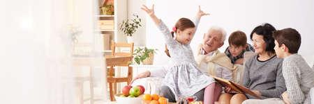그들의 젊은 손자들을 돌보는 행복한 조부모