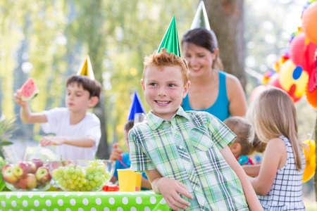 Heureux garçon avec chapeau de fête sur une fête dans le jardin Banque d'images - 79392530