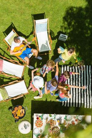 Jonge gelukkige mensen hebben feest in de tuin op zomerdag